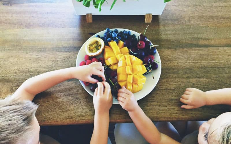 children eating healthy snacks